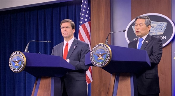 기자회견하는 한미 국방부 장관 정경두 국방부 장관(오른쪽)과 마크 에스퍼 미 국방부 장관이 지난 24일(현지시간) 워싱턴DC 미 국방부 청사에서 기자회견을 하고 있다. 2020.2.24