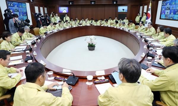 문재인 대통령이 23일 오후 정부서울청사에서 열린 코로나19 범정부대책회의에서 발언하고 있다.