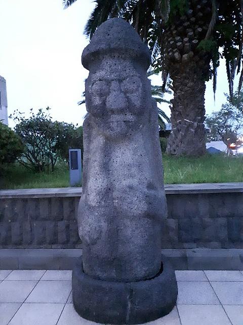 제주 박물관 앞에 세워진 돌하르방 모습