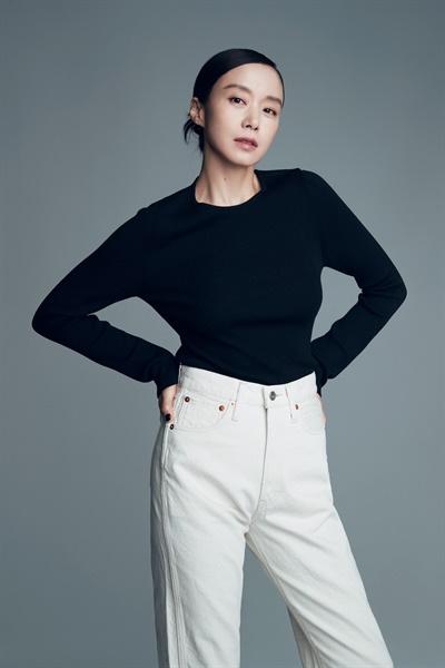 영화 <지푸라기라도 잡고 싶은 짐승들> 배우 전도연 인터뷰 사진