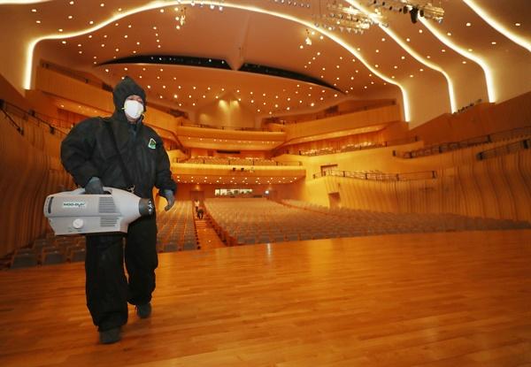 13일 오전 인천시 연수구 아트센터 인천에서 방역업체 관계자들이 신종 코로나바이러스 감염증(코로나19) 예방을 위해 공연장 곳곳을 소독하고 있다.