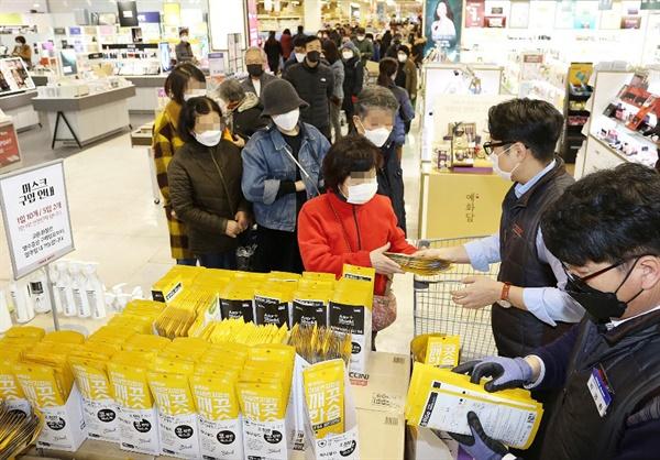 25일 부산 동래구 메가마트에서 시민들이 마스크를 구매하기 위해 길게 줄을 서 있다. 이날 메가마트는 방역 마스크 5만장이 입고돼 1인당 10장이 한정 수량으로 판매 됐다.