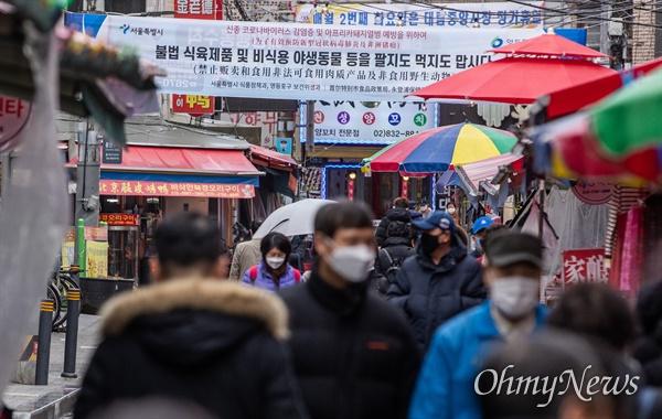 25일 오후 서울 영등포구 대림차이나타운 대림중앙시장에 상인들과 시민들이 마스크를 착용하고 있다.