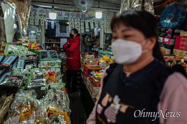 25일 오후 서울 영등포구 대림차이나타운 대림중앙시장에 상인들이 마스크를 쓰고 손님을 기다리고 있다.