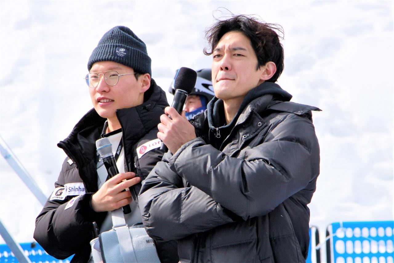 22일 열린 FIS 스노보드 월드컵 평창에서 이상호 선수(왼쪽)가 배우 박재민 씨와 함께 현장 리포트를 하고 있다.