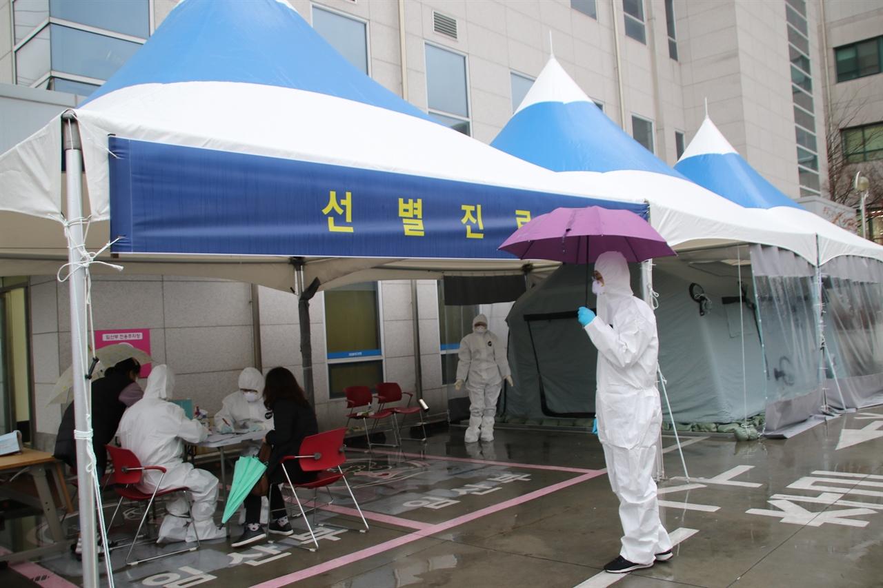 대구 서구보건소 선별진료소에서 코로나19 유증상자에 대해 검진을 하고 있는 모습.