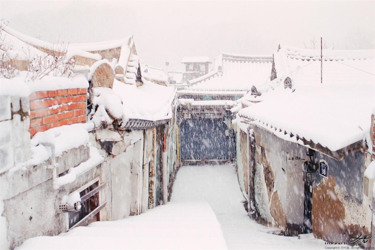 겨울 동네 함박눈이 펑펑 내리는 작은 마을