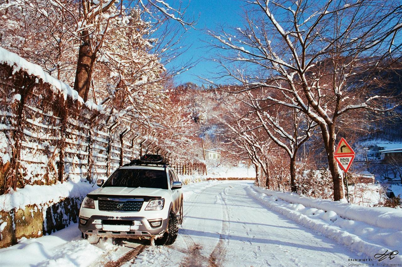 곰티로에서(1) 비포장도로의 시작점(사진의 역방향)이자 겨울왕국의 시작점