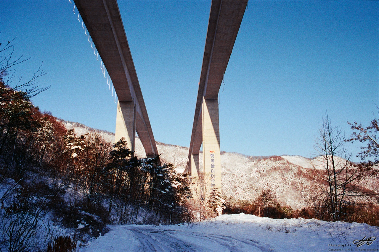 곰티로에서(3) 익산-포항 고속도로 아래를 지나면 곧 신촌리에 다다른다.