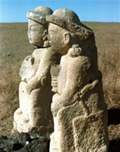 몽골 수흐바타르 지방 다리강가 솜에 있는 석인상으로 제주도 돌하르방과 유사하다