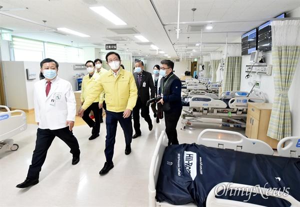 박남춘 인천시장이 2월 26일 인천의료원을 방문해 '코로나19' 위기대응 소산조치 된 병원시설을 점검하고 있다.