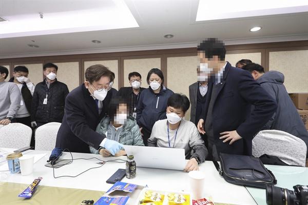 이재명 경기도지사가 25일 코로나19 관련 긴급 역학조사를 진행하고 있는 과천 신천지 총회본부를 찾아 현장 지휘를 하고 있다.