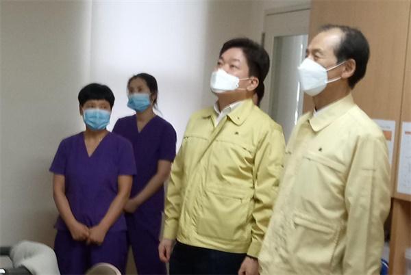 26일 최문순 강원지사가 음압시설이 갖추어진 강릉의료원을 찾아 상황을 보고받고 의료진을 격려했다.