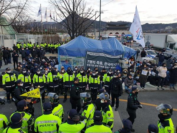 2월 27일 아침, 서울 광화문 정부서울청사 인근에 있는 고 문중원 경마기수의 시민분향소에 공무원과 시민대책위가 대치하고 있다.