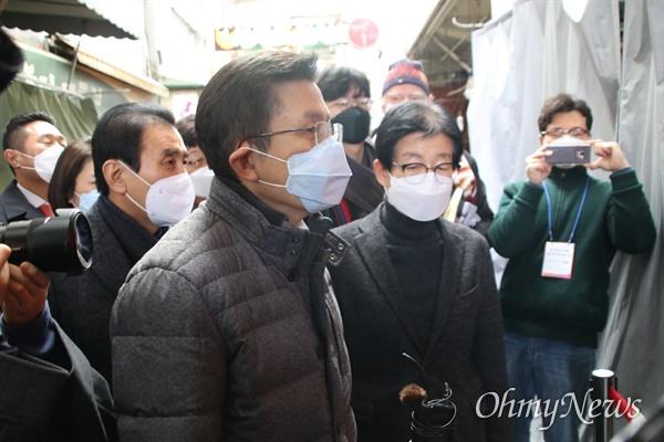 황교안 미래통합당 대표가 27일 오전 대구 서문시장을 방문해 김영오 상가연합회 대표와 함께 문을 닫은 시장 안을 둘러보고 있다.