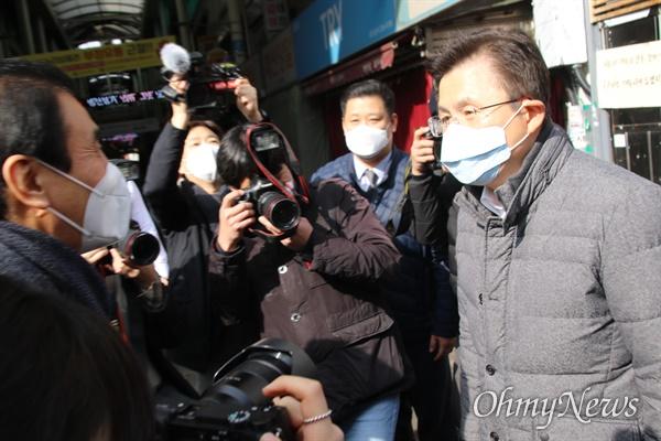 황교안 미래통합당 대표가 27일 코로나19 여파로 문을 닫은 대구 서문시장을 방문해 김영오 서문시장상가연합회 대표와 인사를 나누고 있다.