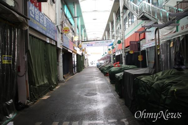 황교안 미래통합당 대표가 서문시장을 방문한 27일 오전 코로나19 여파로 시장이 모두 문을 닫아 사람들이 보이지 않는다.