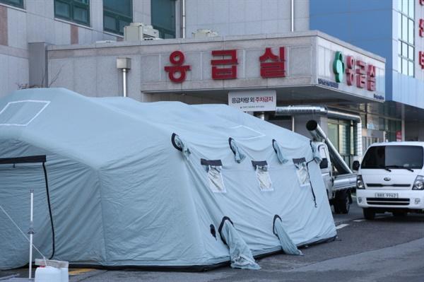 충북 청주의 한 공군부대에 신종 코로나바이러스 확진자가 발생해 방역당국이 역학조사에 들어갔다.