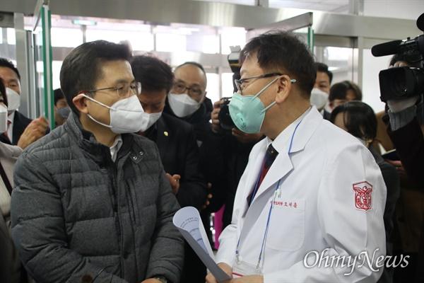 황교안 미래한국당 대표가 27일 오전 코로나19 지역거점병원인 동산병원을 방문해 조치흠 병원장으로부터 환자 상황에 대해 설명을 듣고 있다.
