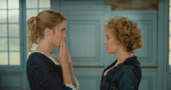 영화 <타오르는 여인의 초상>에서 딸 옐로이즈(아델 에넬 분)의 결혼을 강행하는 백작부인(발레리아 골리노 분)