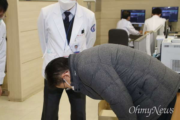 황교안 미래통합당 대표가 27일 오전 코로나19 지역거점병원인 대구 게명대 동산병원을 방문해 의료인들에게 90도로 고개를 숙여 인사하고 있다.