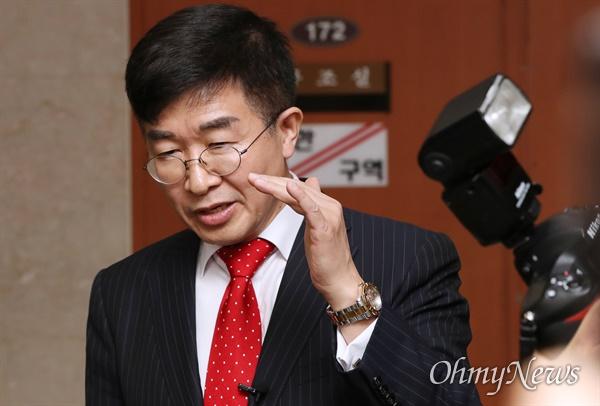 질문받는 공병호 공관위원장 미래한국당 공병호 공천관리위원장이 27일 오후 서울 여의도 국회 정론관에서 기자회견을 하고 있다.