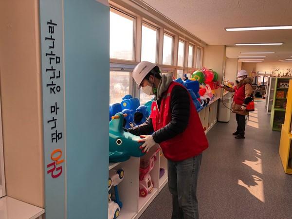 구로장난감나라 구로점과 개봉점은 오는 9일까지 휴관이 연장됐다. 어린이들을 위해 대여하는 장난감등에 대한 소독을 실시하고 있다.