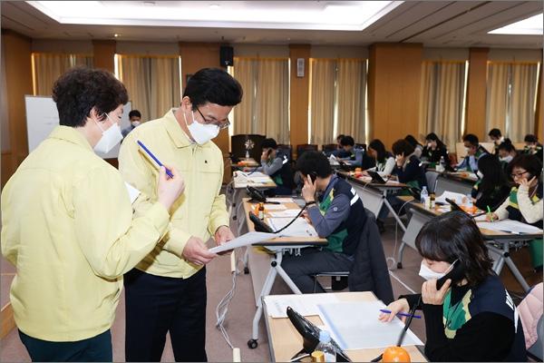대전시는 27일 신천지 신도 전화 전수조사를 실시하고 있다. 사진은 허태정 대전시장이 전수조사를 실시하고 있는 대전시청 대회의실을 찾아 직원들을 격려하는 모습.
