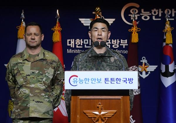 합참 공보실장 김준락 대령이 27일 오전 서울 용산구 국방부에서 코로나19로 인한 한미연합군사훈련 연기에 대한 브리핑을 하고 있다. 왼쪽은 한미연합사 공보실장 피터스 대령