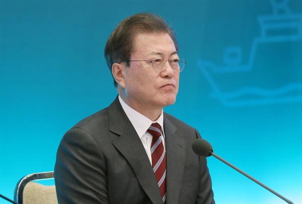 문재인 대통령이 27일 청와대에서 김현미 국토교통부 장관의 업무보고를 받고 있다.