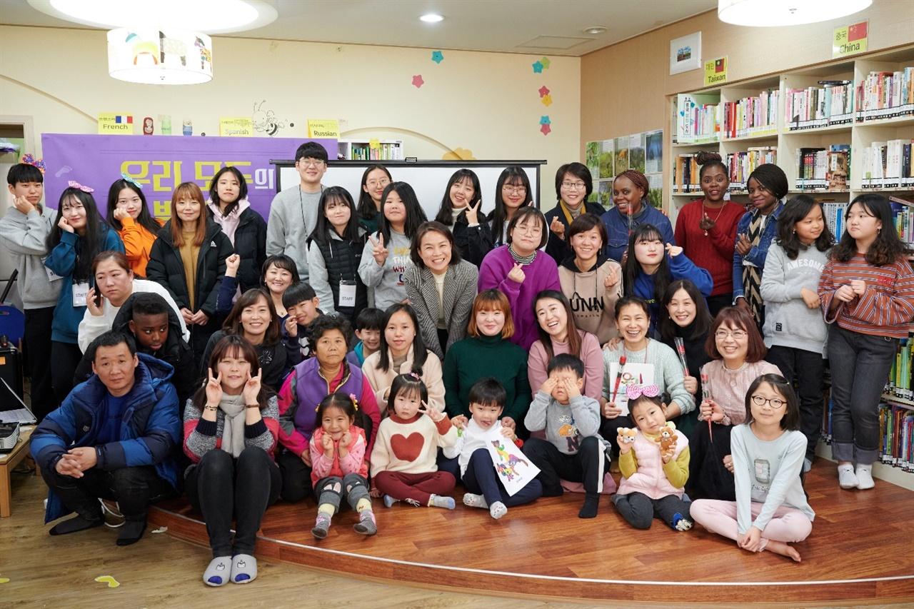 지난 1월 11일 단체행사에 참여한 작은도서관 이용자들이 함께 사진을 찍었다.