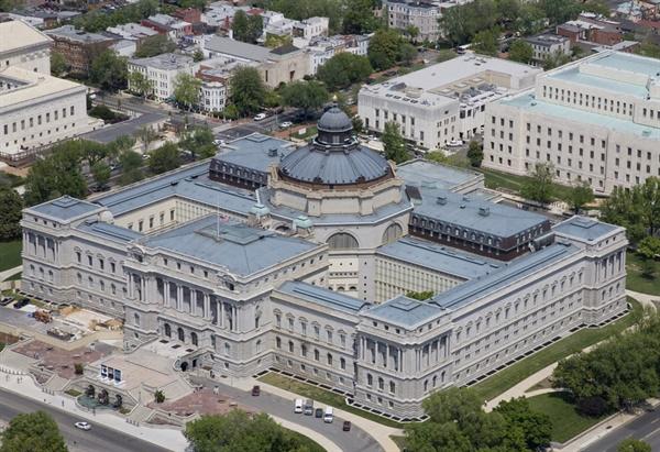 미 의회도서관 '토머스 제퍼슨관' 토머스 제퍼슨관은 미 의회도서관 본관에 해당하는 건물이다. 1800년 존 애덤스 대통령 시절 출범한 미국 의회도서관은 1814년 영미전쟁 과정에서 불타고 말았다. 의회도서관의 재건에 나선 의회는 토머스 제퍼슨의 장서를 23,940달러에 사들였다. 미국 독립선언서 초안을 작성한 제퍼슨은 당시 미국에서 가장 많은 장서를 가진 사람이었다. 미 의회도서관은 토머스 제퍼슨관(1897), 존 애덤스관(1939), 제임스 매디슨 기념관(1981)을 중심으로 여러 부속 건물로 이뤄져있다. 초대 도서관장은 존 제임스 벡크리(John James Beckley)다. 의회도서관장은 '의회사서'(librarian of congress)라고 불린다.