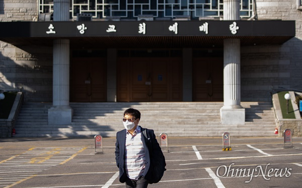 27일 오후 서울 강남구 소망교회가 코로나19 확진 등록교인이 발생하자 확산 방지를 위해 예배당을 폐쇄하고 안내문을 부착해두고 있다.