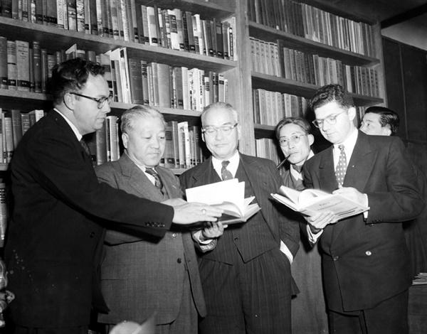 국회도서실 개관식 국회도서실 개관식에서 책을 살펴보고 있는 관계자들. 1952년 2월 20일 개관식 때 촬영한 사진이다. 국회도서관은 '도서관'이 아닌 '도서실'로 출발했다. 사진 오른쪽부터 존 무쵸 주한 미국대사, 윤택중 의원, 신익희 국회의장, 박종만 국회사무총장이다.