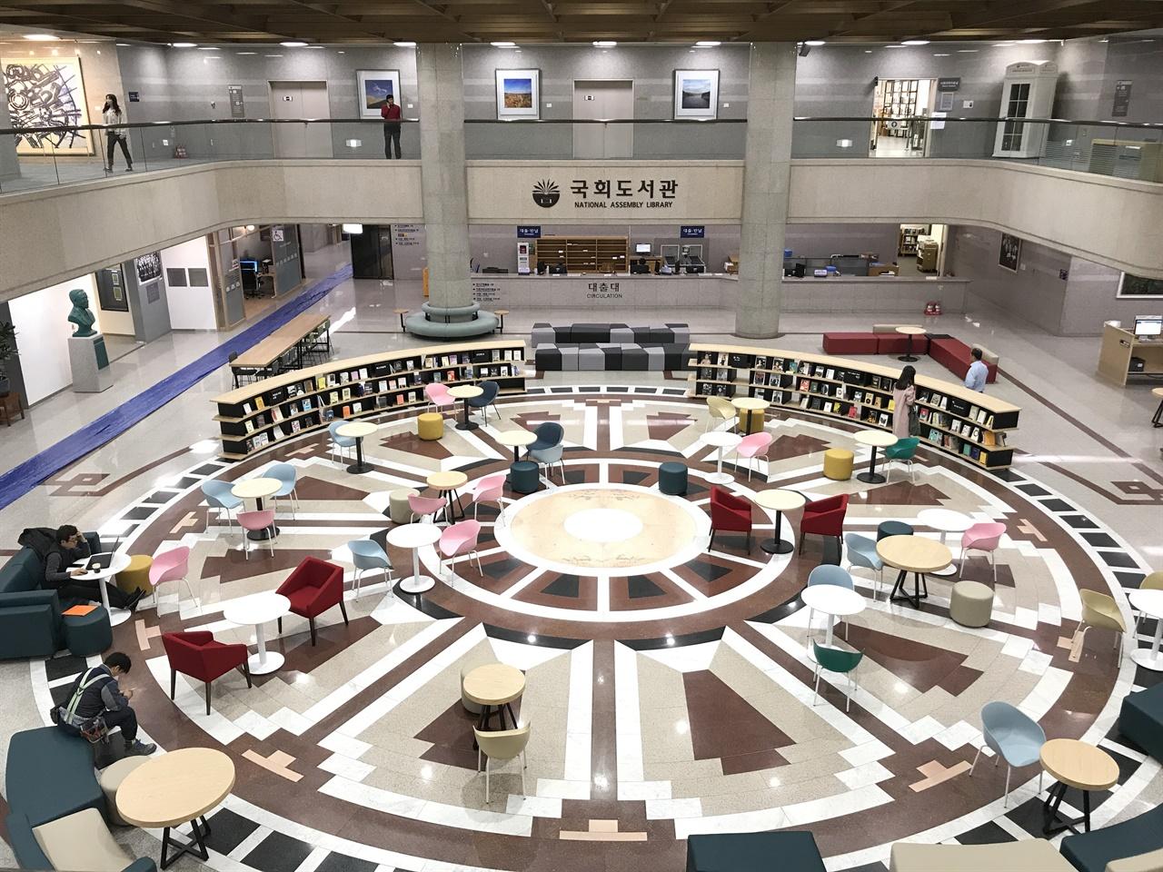 국회도서관 1층 중앙홀 1988년 2월 20일 개관한 국회도서관은 지상에는 열람시설과 사무실을, 지하에는 강당과 회의실, 식당을 갖추고 있다. 도서관 주변에 야외 서가인 '숲속도서관'이 있다.