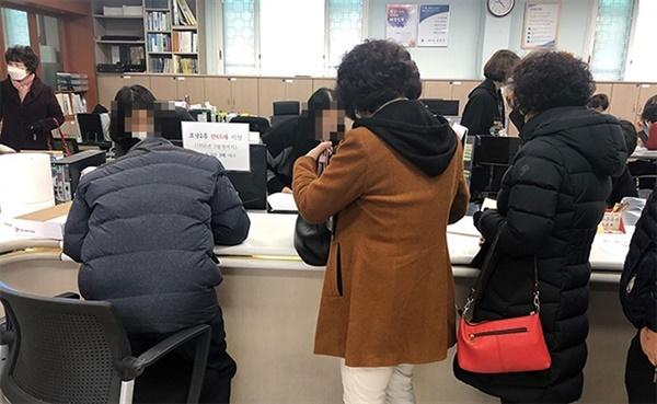 27일 강원 강릉시 포남동 주민센터에서 마스크를 판매를 진행하고 있는 가운데 시민들이 길게 줄을 서 마스크를 구입하고 있다.