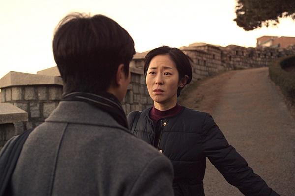 배우 강말금(오른쪽)은 영화 속에서 일도, 사랑도 제대로 풀리지 않은 마흔 살 찬실을 연기했다.