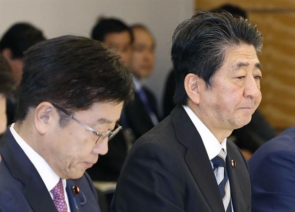 코로나19 대책회의 하는 아베 총리 아베 신조 일본 총리(오른쪽)가 23일(현지시간) 오후 일본 총리관저에서 코로나19 대책본부 회의를 주재하고 있다. 가토 가쓰노부 후생노동상에 아베 총리 옆에 앉아 있다.