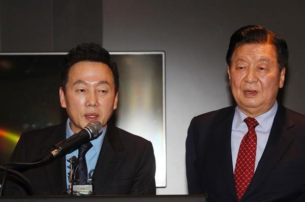 정봉주 전 민주당 의원(왼쪽)이 28일 서울 여의도 한 호텔에서 열린 비례정당인 '열린민주당' 창당 회견에서 이근식 창당준비위원장과 함께 취재진의 질문에 답하고 있다.
