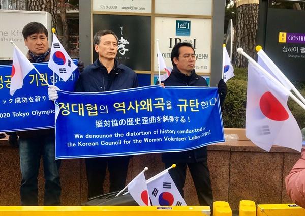 이들은 일본군'위안부'피해자 및 관련 운동단체들을 규탄하는 기자회견을 일장기를 들고 진행했다
