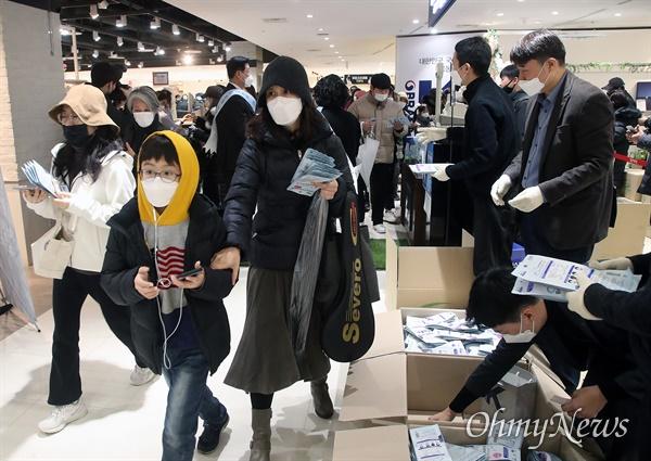 정부가 코로나19 사태와 관련해 국내 마스크 수급 안정화에 나선 가운데 28일 오전 서울 양천구 행복한백화점에 수많은 시민들이 몰려 마스크를 구매하고 있다.