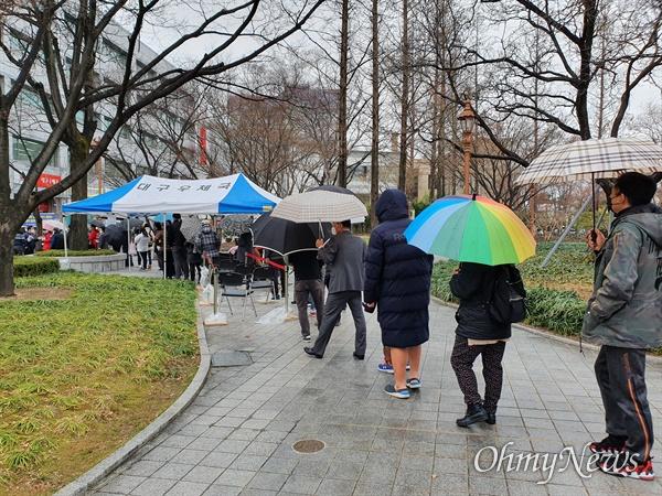 28일 오후 2시부터 우정사업본부가 보건용 마스크를 판매하기로 한 가운데 대구우체국 인근 경상감영공원에서 마스크를 사려는 시민들이 길게 줄을 서고 있다.