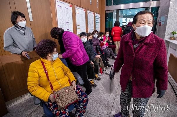 28일 오후 경기도 파주 문산읍 문산우체국에서 코로나19 예방을 위한 마스크를 판매를 예고해 주민들이 구매를 위해 줄을 서 있다. 문산우체국은 1인당 5개씩 총 70세트를 판매했다.