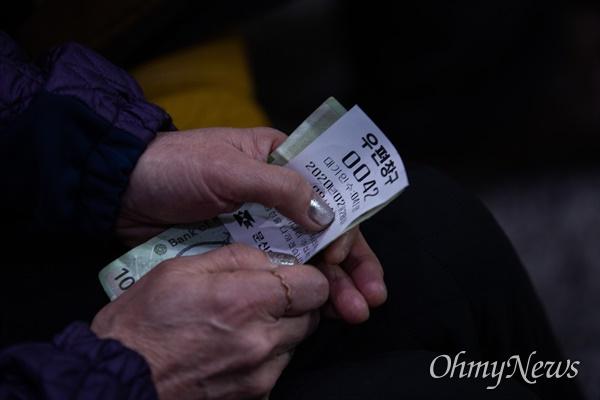 28일 오후 경기도 파주 문산읍 문산우체국에서 코로나19 예방을 위한 마스크를 판매하고 있다. 문산우체국은 1인당 5개씩 총 70세트를 판매했다.