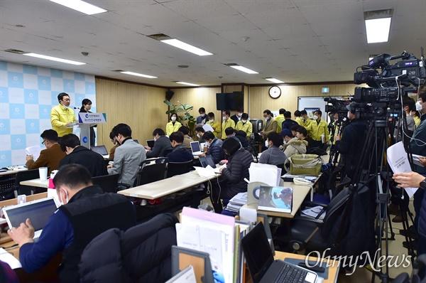 박남춘 인천시장이 2월 28일 오후 3시 시청 브리핑룸에서 '코로나19' 관련 인천시 대응상황에 대해 설명하고 있다.