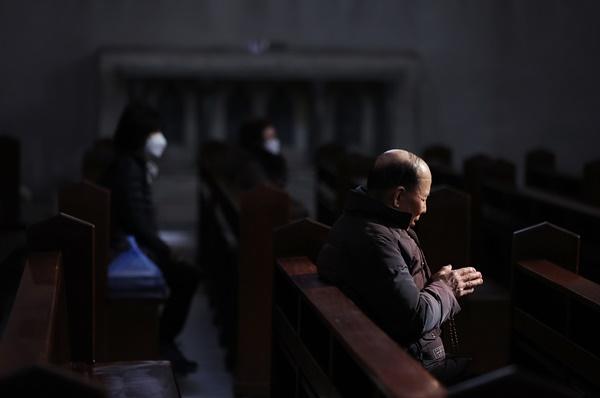 26일 오전 서울 중구 명동성당에서 신자들이 기도를 하고 있다. 서울 명동성당을 포함한 천주교 서울대교구는 신종 코로나바이러스 감염증(코로나19) 확산 방지를 위해 천주교 서울대교구의 189년 역사상 처음으로 미사를 중단하기로 했다.