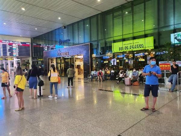 [베트남 호치민 시 떤선녓 국제공항 국내선 터미널에서 본 마스크를 쓴 베트남인들] 대부분의 베트남 사람들은 공공장소에서 마스크를 착용하고 있다.
