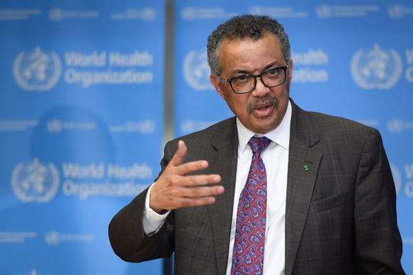 테워드로스 아드하놈 거브러여수스 WHO 사무총장이 28일(현자시각) 스위스 제네바 WHO 본부에서 언론 브리핑을 하고 있다.