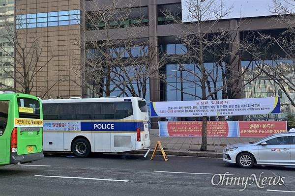 토요일임에도 모처럼 한산한 29일 오전 광화문광장 일대. 집회 금지를 알리는 현수막과 경찰 버스를 곳곳에서 볼 수 있었다.