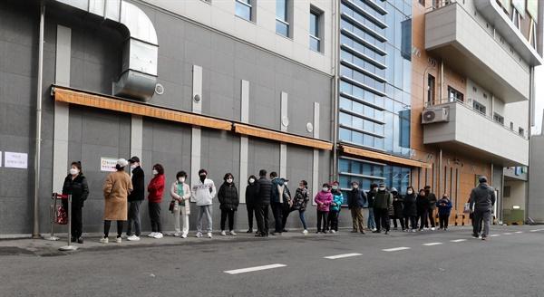 29일 오후 대전시 중구 대흥동 하나로마트에서 마스크를 사려는 고객들이 줄을 서 있다. 2020.2.29